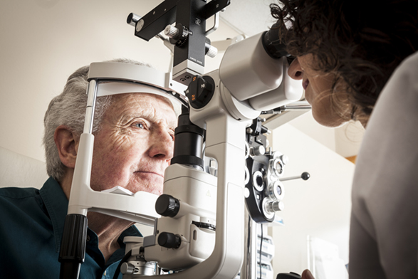 Rendez-vous ophtalmo avec un patient âgé