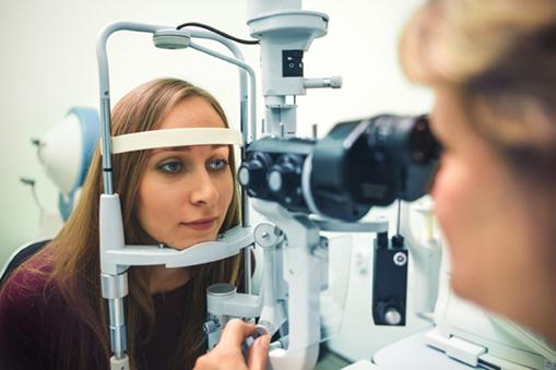 Examen des yeux par un ophtalmo